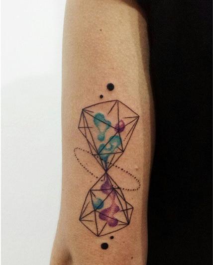 Aline Wata hourglass tattoo design